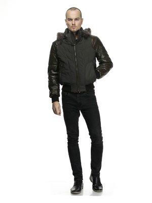 Куртка темно-коричневая пуховая с отороченным мехом капюшоном   750571